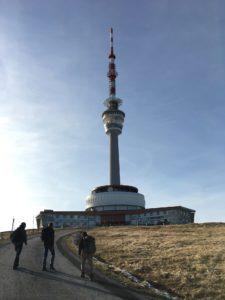 Turm auf dem Gipfel des Praděd (Altvater). Im Restauran gibt es Gulasch für die hungrigen Wanderer.